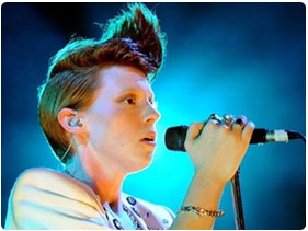 Booking La Roux